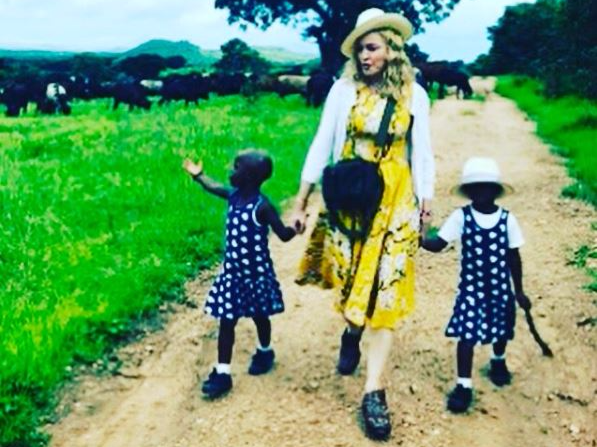 Madonna ásamt tvíbura dætrum sínum Stellu og Esther.