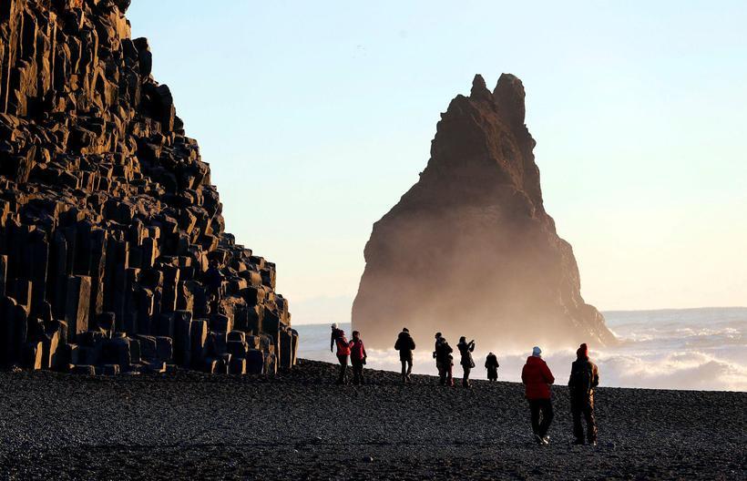 Skilti eru í Reynisfjöru sem vara ferðamenn við hættunum.