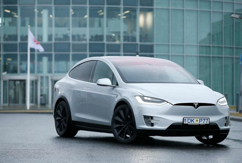 Tesla X virkar minni en hann í raun er en ...