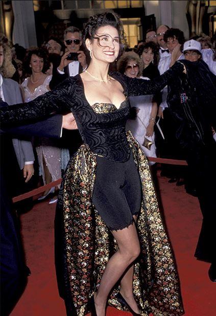 Árið 1989 mætti Demi Moore í dressi sem hún hannaði ...