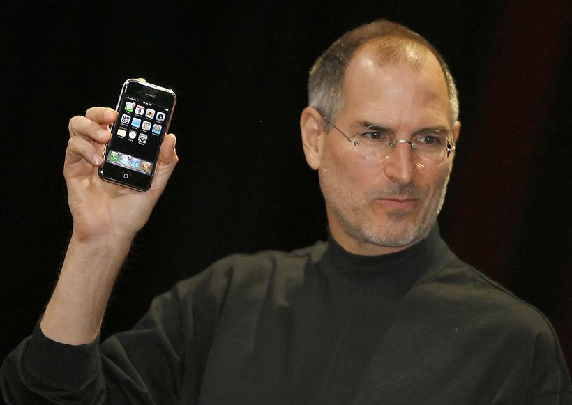 Steve Jobs kynnir iPhone-snjallsímann seint á síðasta áratug. Tækið sem …