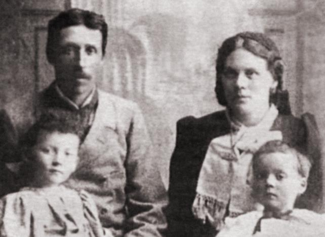 Valdímar Ásmundsson, his wife Bríet Bjarnhéðinsdóttir and their children Laufey …