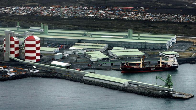 Sú ákvörðun Norsk Hydro að hætta við kaupin á álverinu ...