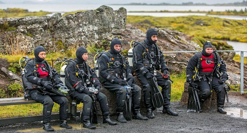 Erlendir ferðamenn bíða með óþreyju eftir að röðin komi að ...