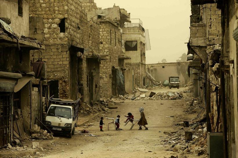 Austurhluti Aleppo er í rúst. Þar býr þó enn fólk. …