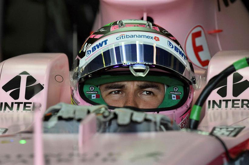 Sergio Perez í bíl sínum fyrir aksturslotu á fyrri æfingu …