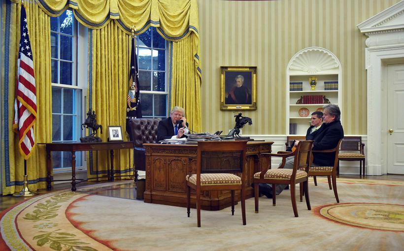 Flynn ásamt Donald Trump og Steve Bannon í forsetaskrifstofunni í ...