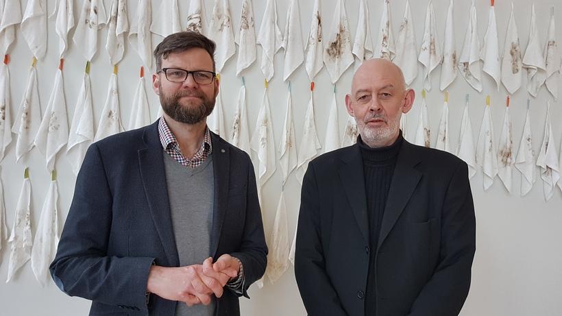 Sr. Skúli Sigurður Ólafsson sóknarprestur og Grétar Reynisson listamaður við ...