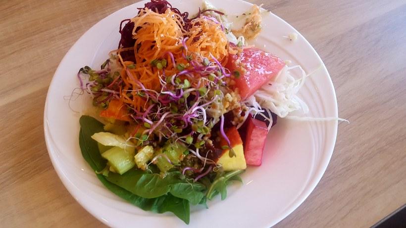 Litríkt og matarmikið salat af salatbarnum.