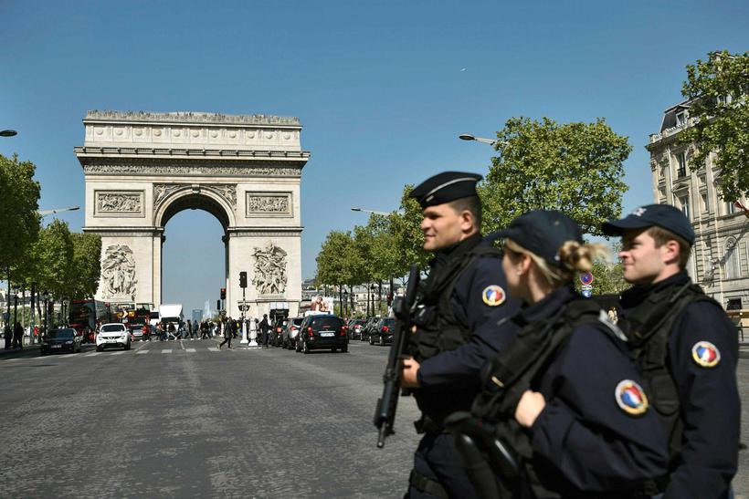 Franskir lögreglumenn við eftirlit á Champs Elysees. Öryggiseftirlit hefur nú ...