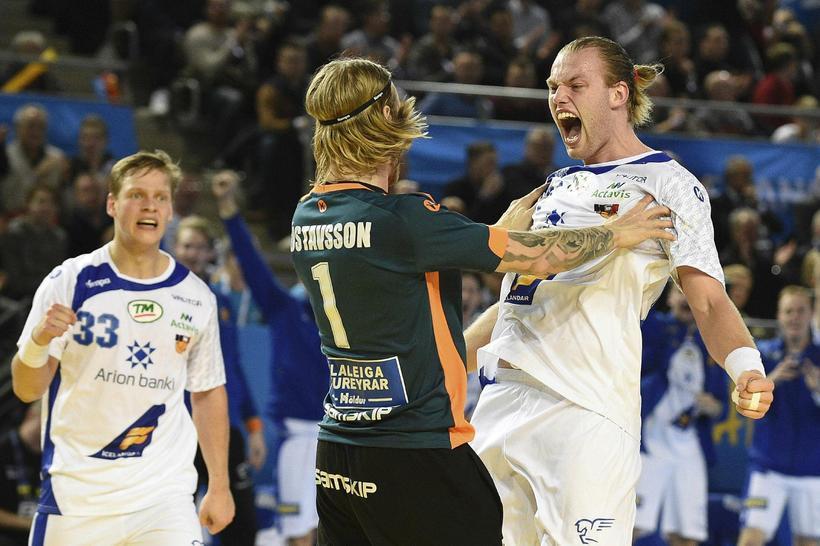 Arnar Freyr Arnarsson og Björgvin Páll Gústavsson fagna á góðri ...
