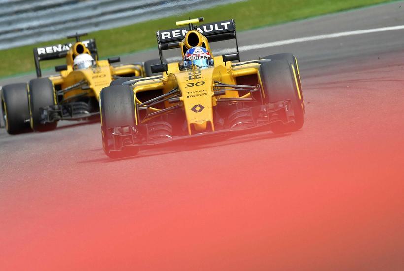 Ökumenn Renault rétt fyrir slysið í Spa. Hér fer Jolyon …