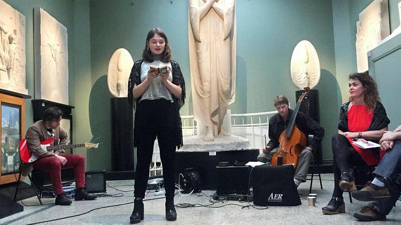 Yngri systirin, María Lísa Alexía, að lesa upp í safninu.