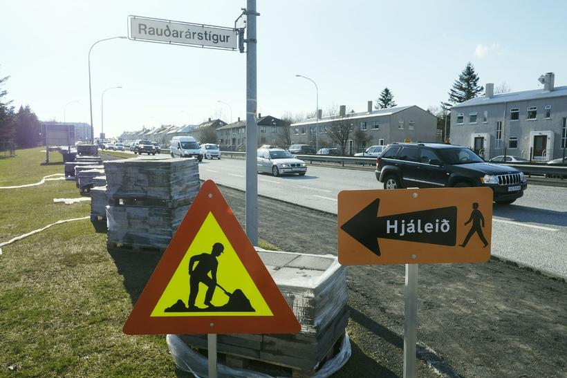 Búið er taka upp gamlar steinhellur af gangstéttinni við Klambratúnið ...