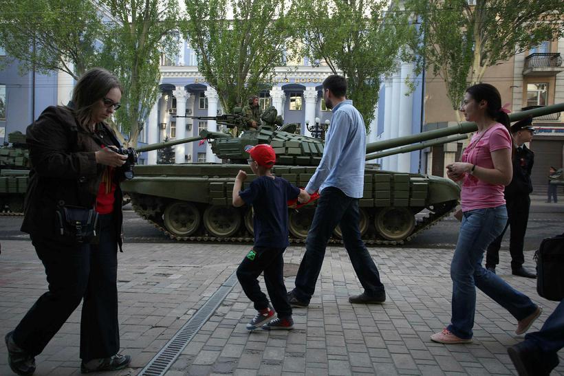 Fólk á gangi fram hjá skriðdrekum uppreisnarmanna í Donetsk 3. ...