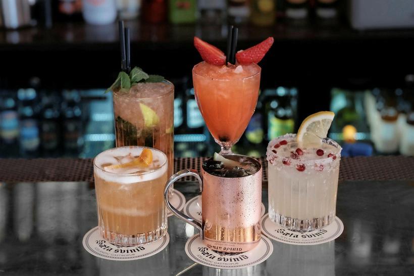 Cocktails at Sæta svínið.