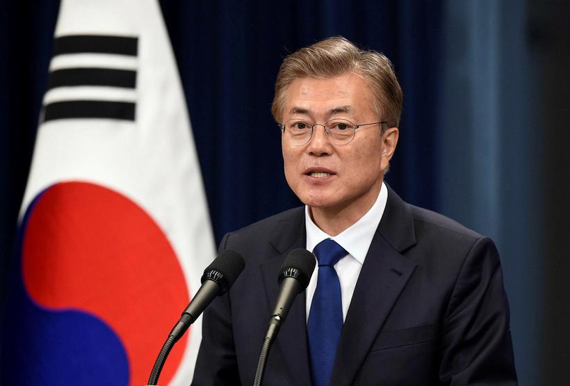 Moon Jae-In ávarpar blaðamenn í Bláa húsinu í Seúl, þar ...