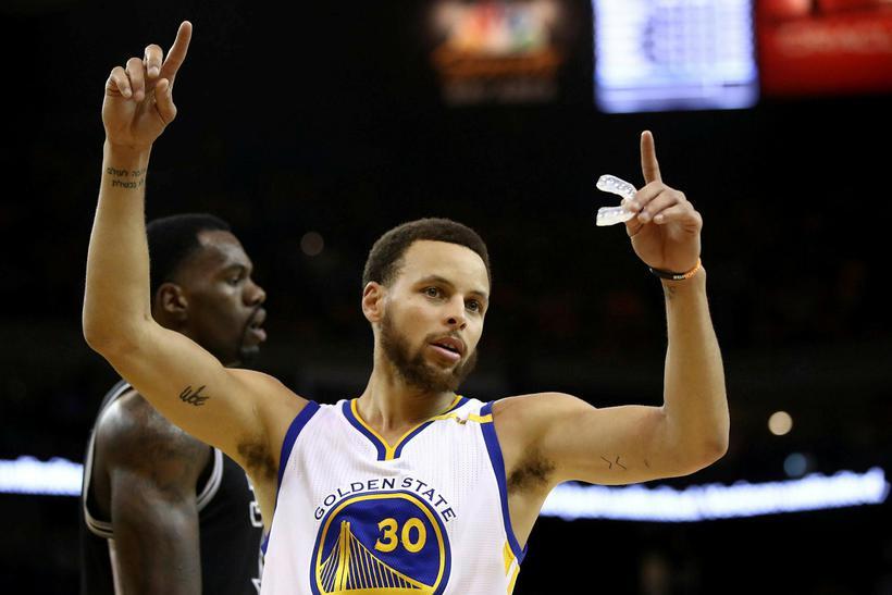 Stephen Curry fagnar gegn Spurs í nótt.