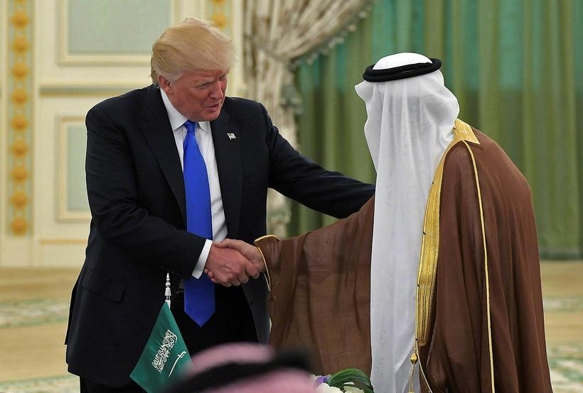 Trump tekur í höndina á Salman bin Abdulaziz al-Saud, konungi ...