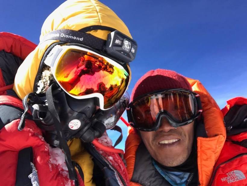 Vilborg Arna og sjerpinn Tenjee á toppi Everest. Hún segir …