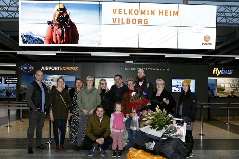 """""""Velkomin heim Vilborg"""" tók á móti Everest-faranum á Keflavíkurflugvelli."""