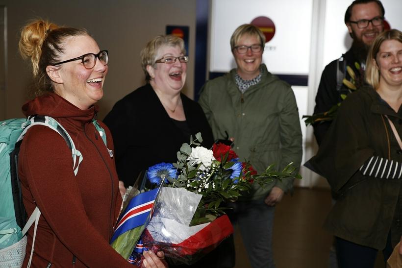 Vilborg Arna ásamt móður sinni og vinum við komuna heim ...