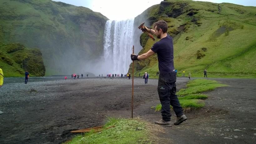 Girðing var sett upp við Skógafoss síðastliðinn laugardag.