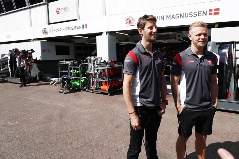 Kevin Magnussen (t.v.) með liðsfélaga sínum Romain Grosjean við bílskúra ...