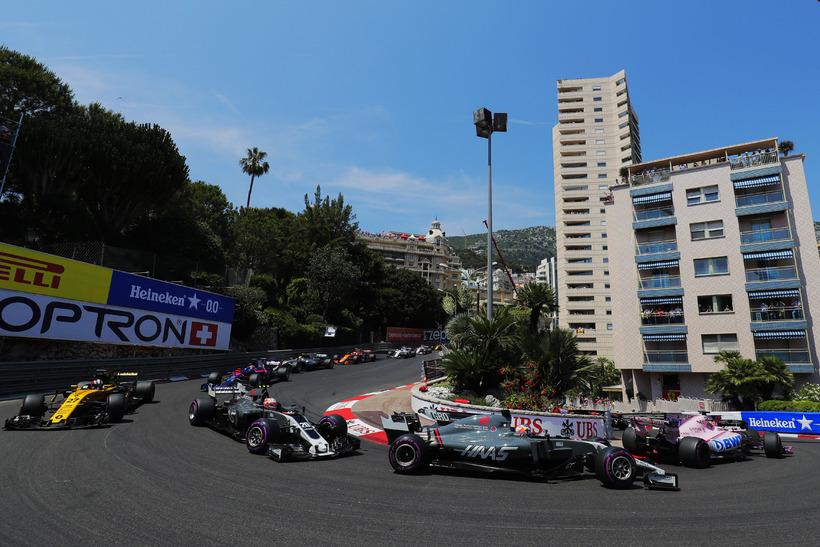 Grosjean og Magnussen á Haas-bílunum í upphafi kappakstursins í Mónakó.