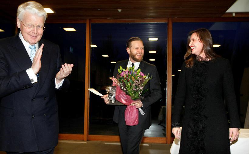 Ragnar hlaut Íslensku bjartsýnisverðlaunin árið 2013. Hér sést hann með ...