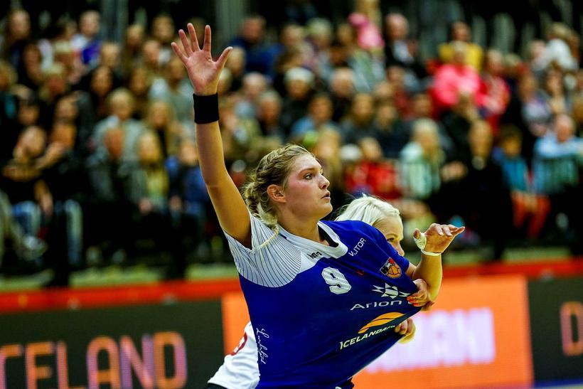 Arna Sif Pálsdóttir í baráttu í landsleik gegn Þýskalandi.