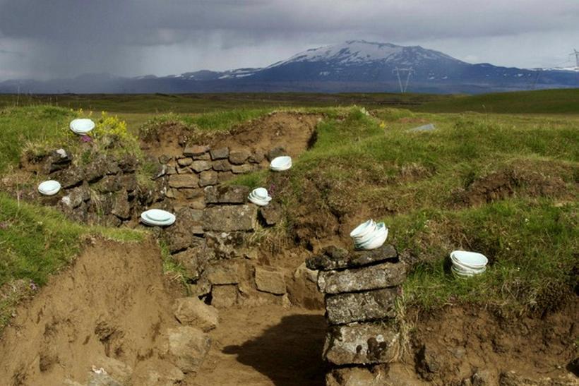 Tóftirnar eru á grösugum árbökkum Þjórsár norðaustan við Skarðsfjall.