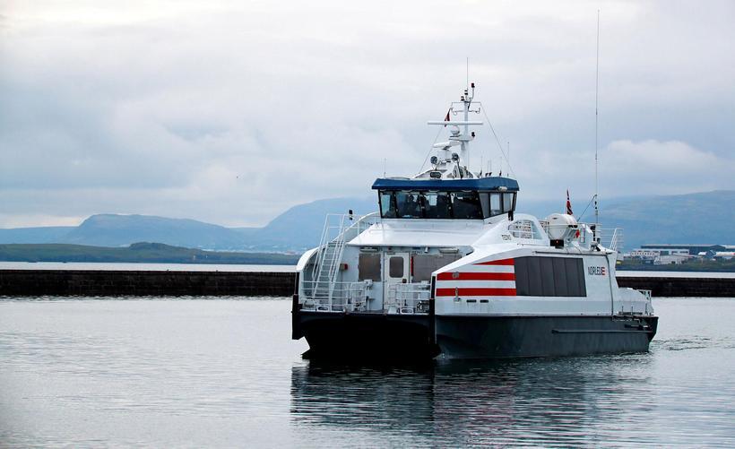 Akranes siglir á milli Reykjavíkur og Akraness.