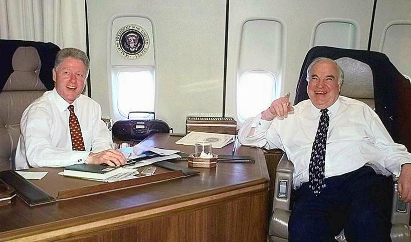Kohl ásamt Bill Clinton, fyrrverandi forseta Bandaríkjanna í bandarísku forsetaflugvélinni, ...
