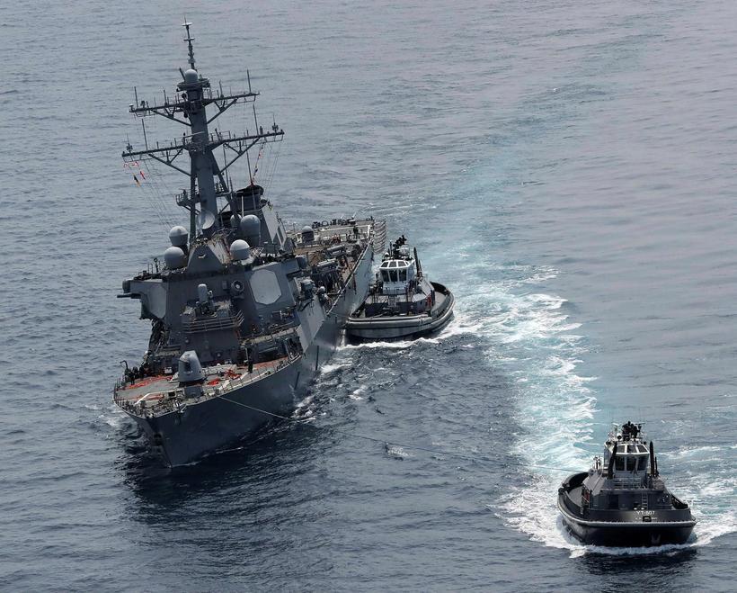 USS Fitzgerald siglir nú til Yokosuka.
