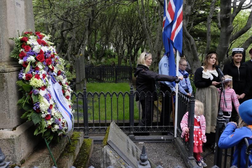 Blómsveigurinn á leiði Jóns Sigurðssonar.