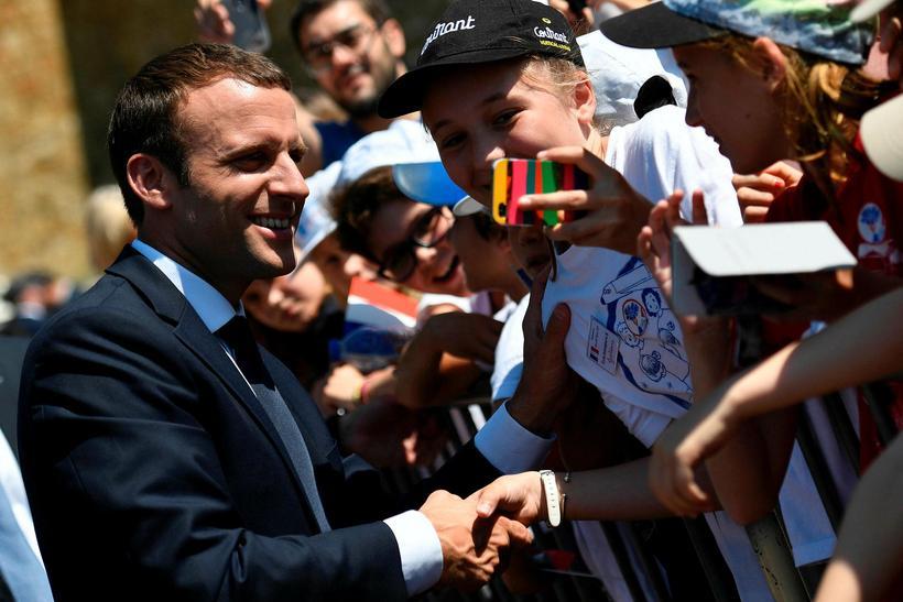 Emmanuel Macron, foreti Frakklands, heilsar stuðningsmönnum sínum.
