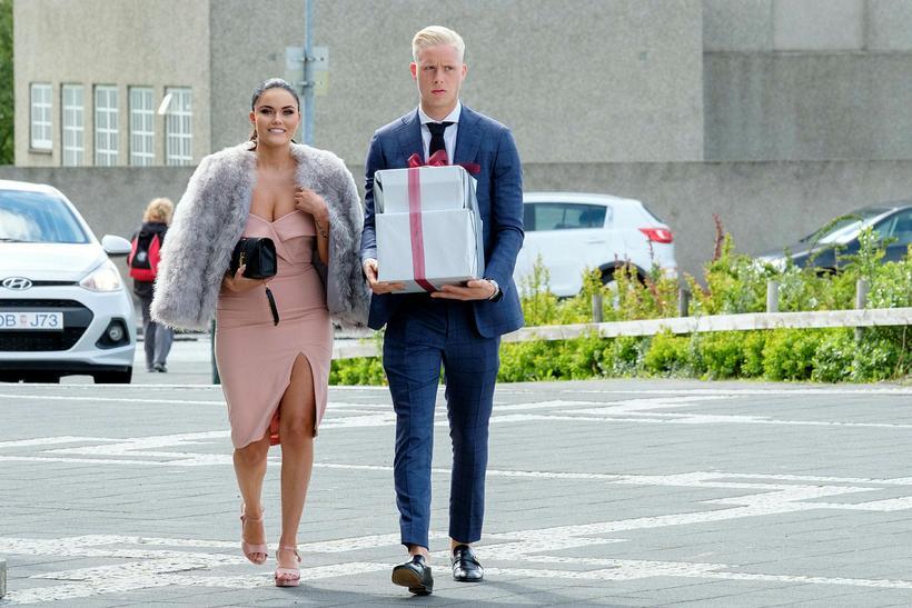 Hörður Björgvin Magnússon mætti í bláum jakkafötum. Hér er hann ...