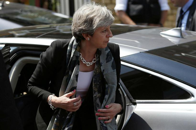Theresa May heimsótti moskuna í dag.