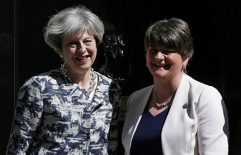 Theresa May og Arlene Foster hittust á fundi í morgun …