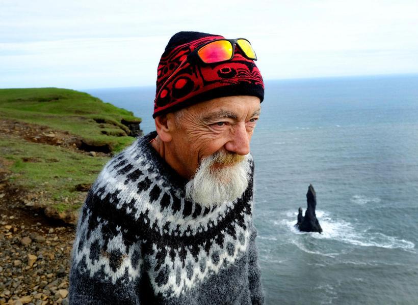 Grampa Dave nýtur sín hátt uppi á Reynisfjalli. Þaðan er ...