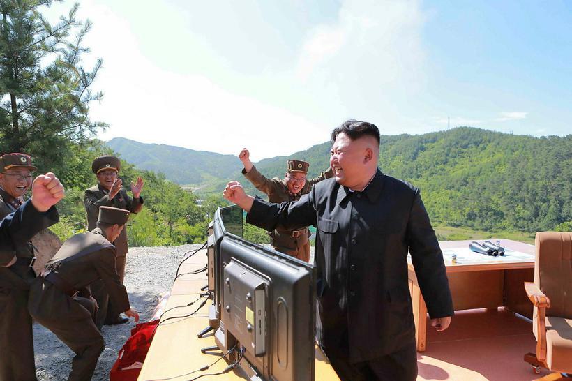 Kim Jong-Un leiðtogi Norður-Kóreu, fagnar hér langdræga eldflaugaskotinu sem lenti ...