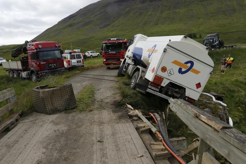 Unnið er að því að koma olíuflutningabílnum upp á veginn.