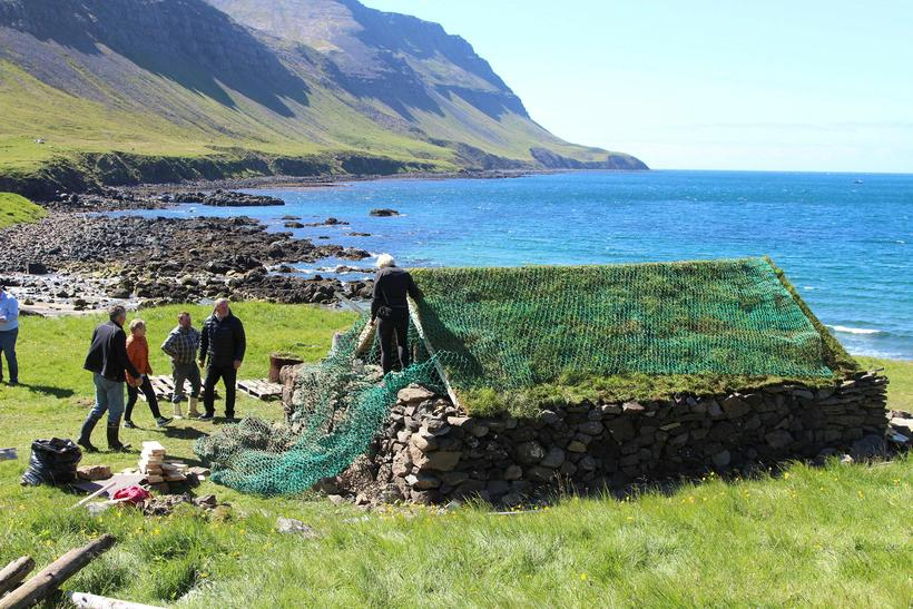 Fornminjafélag Súgandafjarðar hefur reist verbúð í Staðardal í Súgandafirði að ...
