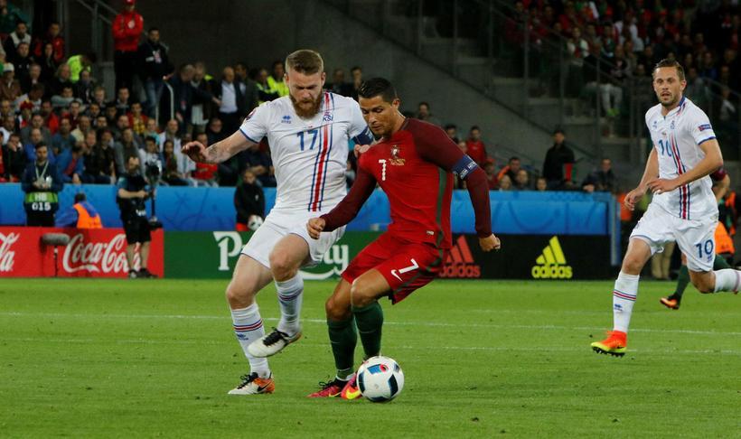 Cristiano Ronaldo og Aron Einar Gunnarsson í leik Portúgals og ...