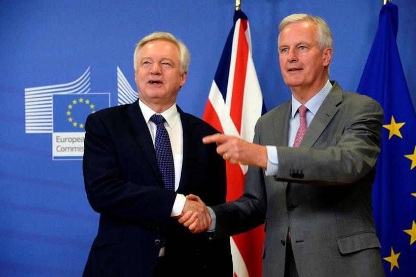 David Davis og Michel Barnier takast í hendur fyrir fundinn ...