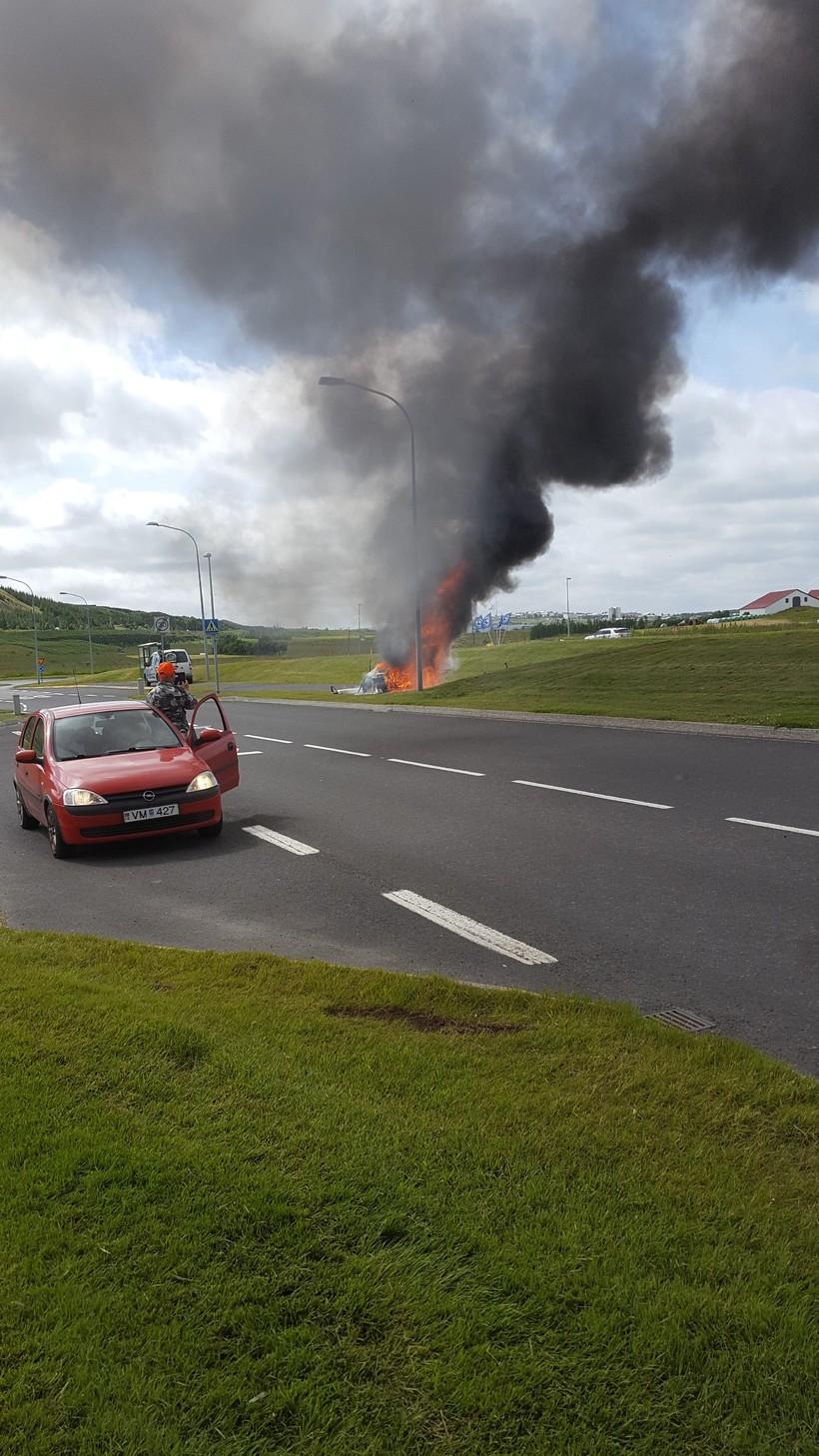 Golfbíllinn brann rétt hjá Lágafellslaug í Mosfellsbæ.