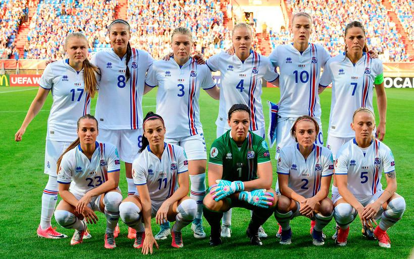 Iceland's national soccer team players (From L, Back Row) Agla ...