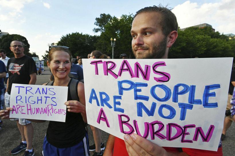 Transfólk safnaðast saman fyrir utan Hvíta húsið í Washington til …