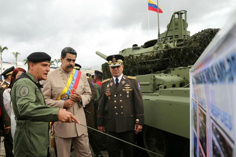 Nicolas Maduro, í miðjunni, ásamt Padrino, til hægri.